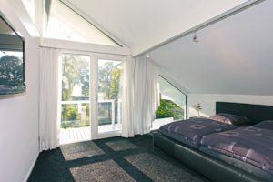 house-2179-das-schlafzimmer-auf-der-nordwestseite-hat-einen-gemeinsamen-balkon-mit-dem-studio-1