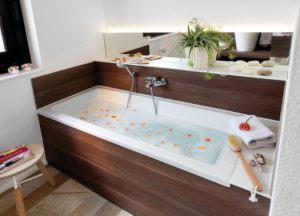 house-2224-die-in-eine-wandnische-eingelassene-badewanne-mit-praktischen-ablagen-ist-von-wohnlichem-holz-ger-1