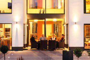 house-2276-gemuetliche-abendrunde-der-hausherren-mit-sohn-und-dessen-freundin-2