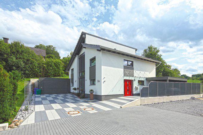 house-2276-zwei-versetzte-pultdaecher-ein-korpus-mit-mittigem-verglastem-einschnitt-und-ein-durchdachtes-far-2