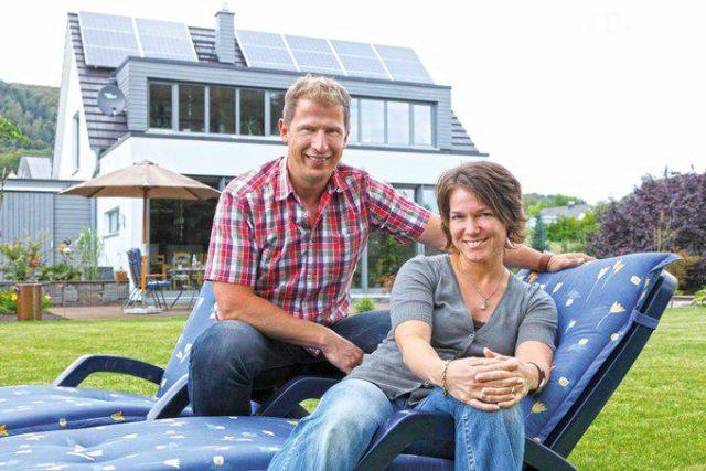 house-2280-stefanie-und-bernd-figgen-vor-ihrem-einfamilienhaus-von-becker-haus-2