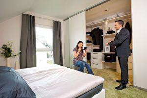 house-2528-im-schlafzimmer-ist-genug-platz-fuer-einen-begehbaren-kleiderschrank-1