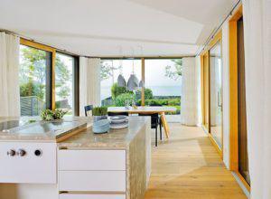 Offene Küche und Essbereich im Haus am See