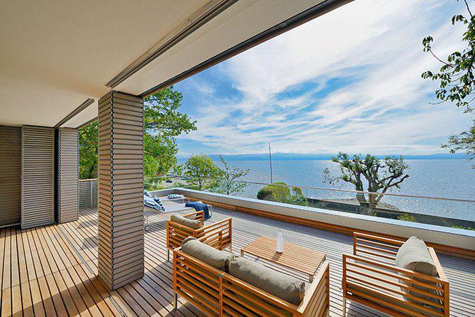 Terrasse mit Ausblick auf den angrenzenden See
