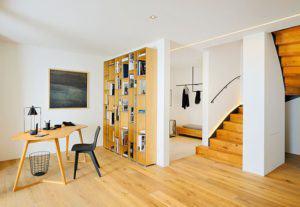Wohnbereich mit Treppe im Haus am See