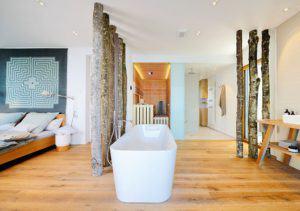 Schlafzimmer mit angrenzendem Bad im Haus am See