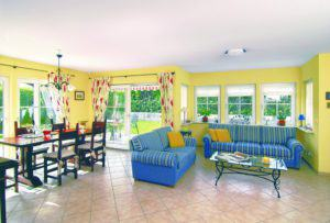 house-1450-die-blaue-sofa-landschaft-in-dem-kleinen-halbhoch-verglasten-erker-steht-in-einem-belebenden-kont-1