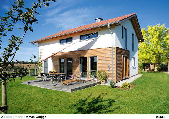 house-1701-die-verkleidung-aus-laerchenholz-und-die-verputzten-wandflaechen-gliedern-die-fassade-klar-und-re-2