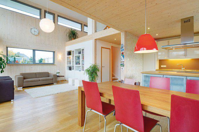 house-1729-blick-auf-den-wohnraum-im-erdgeschoss-des-plusenergiehaus-der-firma-becker-haus-2