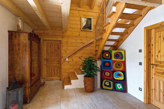 house-1965-eine-buchenholztreppe-fuehrt-vom-geraeumigen-entree-ins-dachgeschoss-1