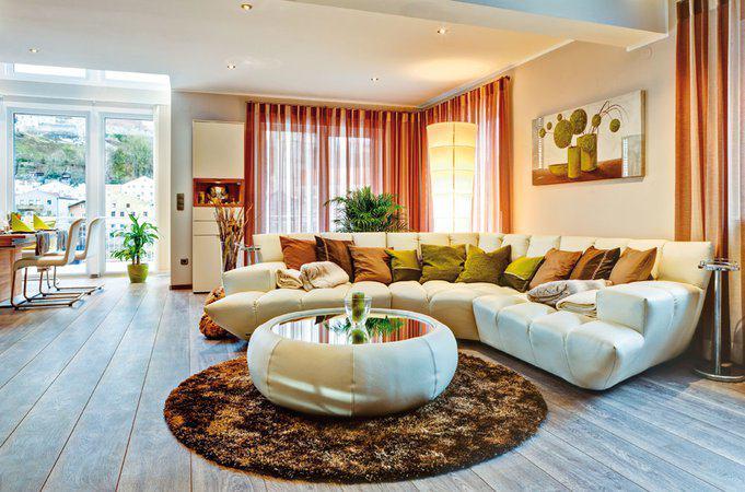 house-2043-die-rueckzugszone-sofa-bildet-den-mittelpunkt-des-erdgeschosses