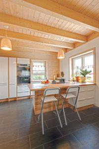 house-2100-deckenbalken-holzverkleidete-deckenuntersichten-stuetzen-alle-weiss-lasiert-geben-den-raeumen-ein-2