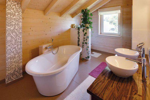 house-2100-elegant-und-doch-gemuetlich-das-badezimmer-mit-wanne-und-doppel-waschebecken-2