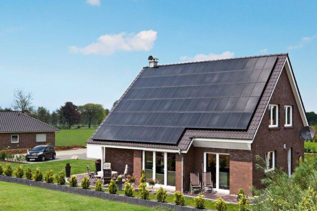 house-2128-die-ebenso-leistungsfaehige-wie-elegante-photovoltaikanlage-auf-dem-dach-sorgt-fuer-den-strom-1