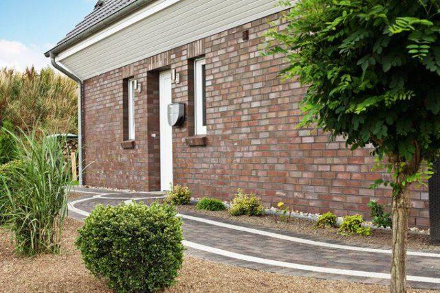 house-2128-geschlossen-gibt-sich-die-eingangsseite-im-norden-die-40-zentimeter-dicken-aussenwaende-sind-zwei-1