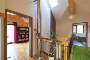 house-2190-holz-weisse-rigipswaende-sowie-sparsam-angebrachte-farbenfrohe-tapeten-geben-den-raeumen-ihren-ko-2