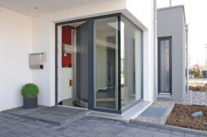 house-2193-das-streng-geoemtrische-gebaeude-oeffnet-sich-zur-gartenseite-mit-bodentiefen-fensterflaechen-und-1