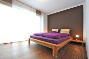 house-2193-lichtdurchflutet-durch-die-grossen-fenster-der-gartenseite-wird-das-schlafzimmer-zu-einem-ort-abs-1