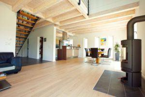 house-2264-fuers-behagliche-ambiente-sorgen-holzdielen-im-wohn-und-schlafbereich-1