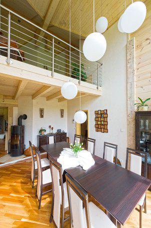house-2267-das-esszimmer-fungiert-als-verbindung-zwischen-erd-und-obergeschoss-1