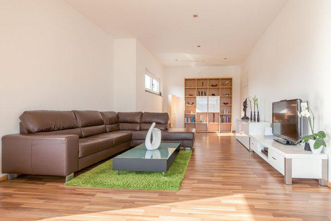 house-2493-das-braune-nussbaum-parkett-etabliert-natuerlichkeit-und-waerme-2