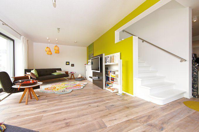 house-2529-der-wohnraum-grenzt-an-eine-offene-kueche-die-sich-hinter-der-einlaeufigen-treppe-verbirgt-1
