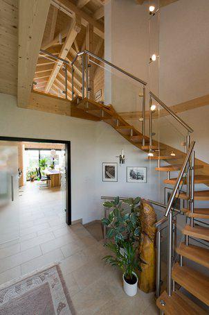 house-2547-die-fein-gegliedertetreppe-fuehrt-in-den-ersten-stock-2