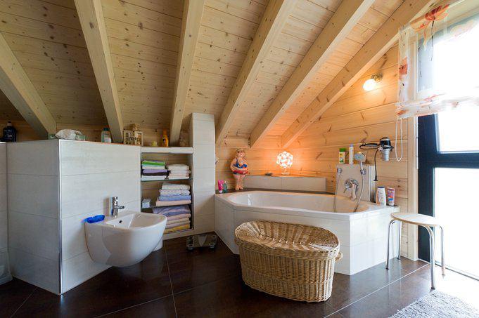 house-2547-ein-sehr-grosszuegiges-bad-mit-dem-ganz-nebenbei-demonstriert-wird-dass-holzhaus-und-nassraum-ein-2