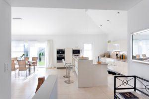 house-2550-der-75-quadratmeter-grosse-wohn-ess-kochbereich-mit-sechs-bodentiefen-fenstern-oeffnet-sich-bis-u-2