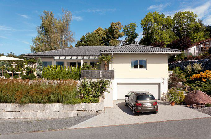house-2550-der-bungalow-hat-aufgrund-der-leichten-hanglage-ein-kellergeschoss-mit-einer-integrierten-garage-2