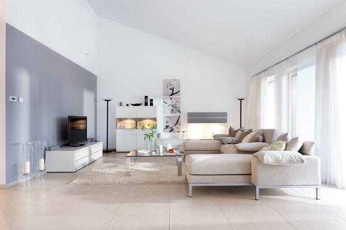 house-2550-neutrales-weiss-und-helle-cremetoene-unterstreichen-die-weitraeumigkeit-des-neuen-hauses-3