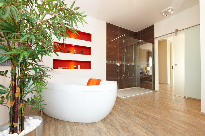 house-2600-altersgerecht-ist-so-ein-bad-dank-bodengleicher-dusche-schon-heute-die-schiebetuer-ist-ein-muss-f-2