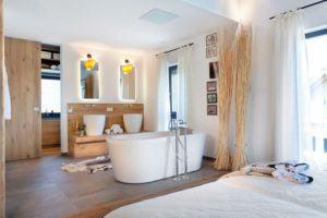 house-2618-landhaus-von-schwoerer-schlafzimmer-mit-badewanne-1