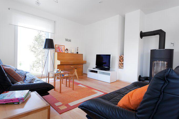 house-2632-gerne-verbringt-die-familie-kuschelige-abende-auf-dem-sofa-vor-dem-kaminofen-hier-geht-s-auch-in-2