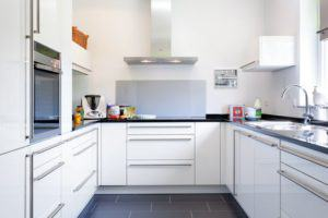 house-2632-grosszuegig-und-klar-die-kueche-liegt-separat-ganz-klassisch-neben-dem-wohn-essbereich-mit-sitzpl-1