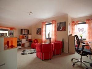 house-2635-im-dachgeschoss-wird-das-arbeitszimmer-mit-knallfarben-aufgepeppt-2