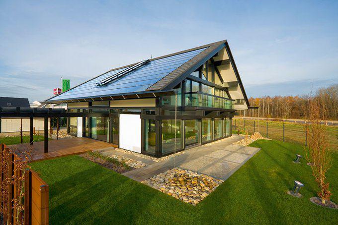 house-2717-das-durch-glasfronten-gepraegte-haus-gewinnt-seine-energie-unter-anderem-durch-die-photovoltaikmo-1