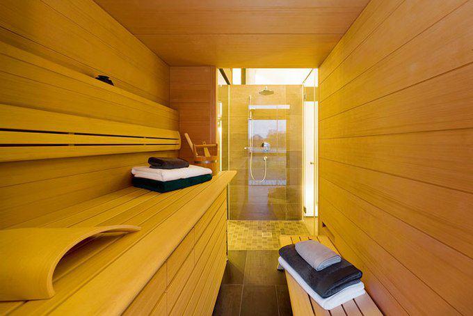 house-2717-der-badebereich-mit-sauna-ist-im-107-quadratmeter-grossen-obergeschoss-untergebracht-dort-liegen-2