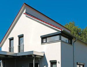 house-2746-dach-anbau-und-die-fenster-verraten-dem-betrachter-dass-hier-bauherren-ihre-ganz-besonderen-wuens-1