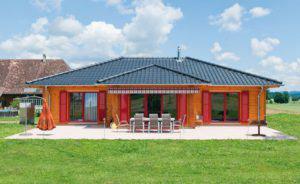 house-2761-reizvoller-kontrast-bodentiefe-fenster-mit-leuchtend-roten-laeden-aus-aluminium
