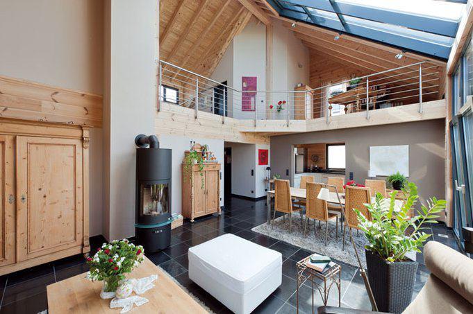 house-2762-durch-das-glasdach-faellt-viel-licht-ins-haus-das-von-den-gemauerten-waenden-reflektiert-wird-1