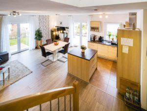 house-3014-modernes-raumkonzept-aus-dem-offenen-wohnraum-fuehrt-die-treppe-nach-oben-zur-galerie-und-den-sch-1