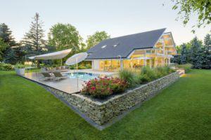 house-3242-an-den-pool-schliessen-sich-die-holzbeplankte-open-air-lounge-und-der-parkaehnliche-garten-an-1