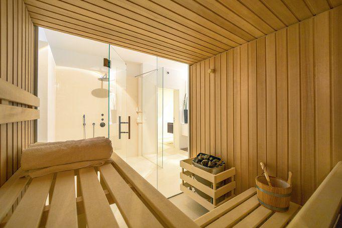 house-3242-der-spa-bereich-im-untergeschoss-ueberrascht-mit-frontseits-komplett-verglaster-finnischer-sauna-2
