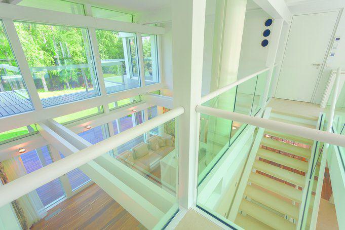house-3242-die-treppe-ins-dachgeschoss-muendet-auf-die-galerie-die-den-elternbereich-hinter-der-tuer-und-den-2