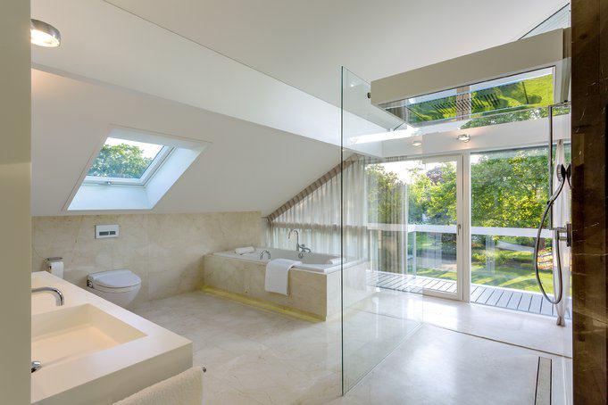 house-3242-und-dem-luxurioesen-ebenfalls-firsthoch-ausgebauten-bad-mit-balkon-am-andere-ende-2