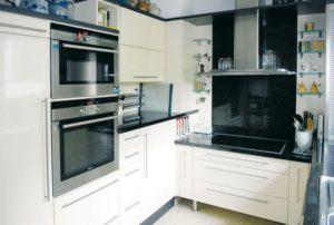 house-562-die-vanillefarbene-kueche-mit-unterschiedlichen-arbeitshoehen-2