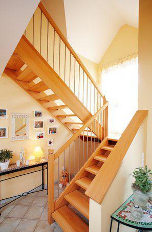house-710-das-licht-und-die-luftigkeit-bereits-im-geraeumigen-flur-moegen-die-bewohner-an-ihrem-haus-besond-1