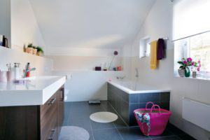 house-738-das-familienbad-mit-wanne-und-modernem-waschtisch-stammt-aus-der-schwoerer-designschreinerei-1