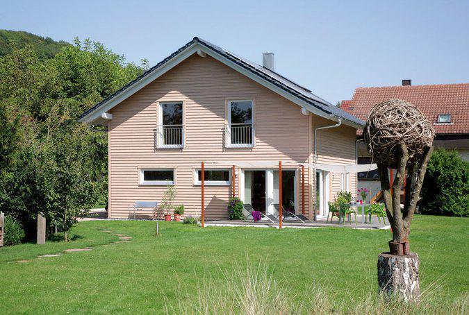house-738-die-holzskulpturen-der-wechsel-von-putz-und-holz-an-der-fassade-der-eingangsvorbau-aus-holzlamell-1